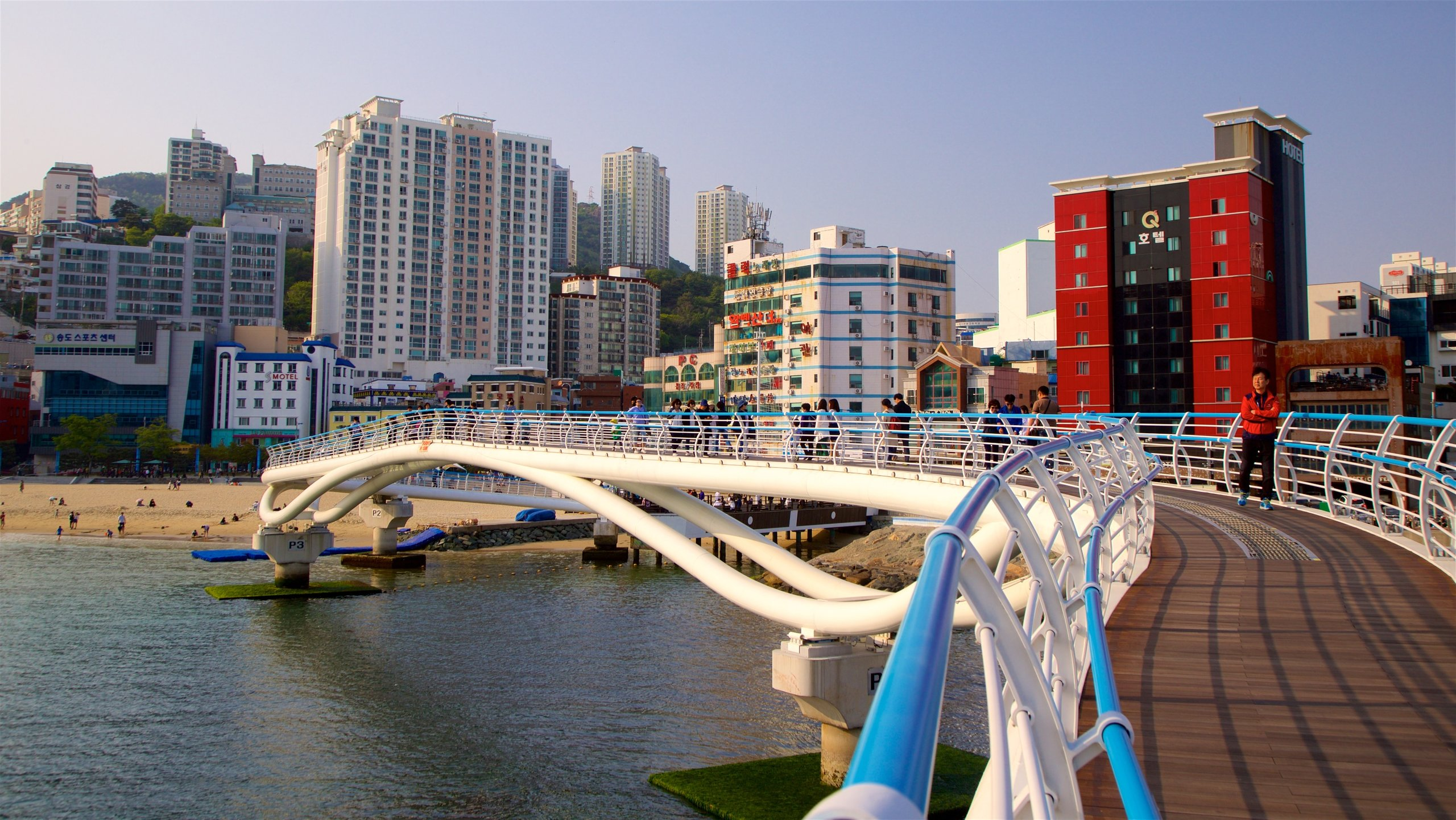 Fine golden sand, lively restaurants, a sky walk and lively music festivals make this a popular beach in southern Busan.
