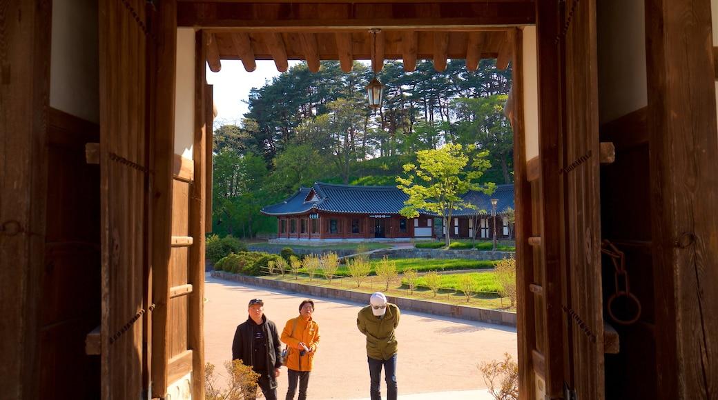 강릉 선교장 이 포함 실내 전경 과 정원 뿐만 아니라 소규모 사람들