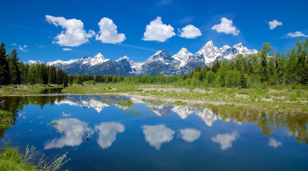 Schwabacher\'s Landing johon kuuluu rauhalliset maisemat, vuoret ja joki tai puro