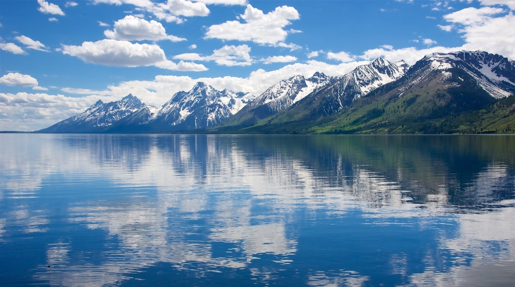 Jackson Lake joka esittää järvi tai vesikuoppa ja vuoret