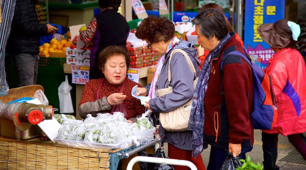 Suwon que inclui mercados assim como um pequeno grupo de pessoas