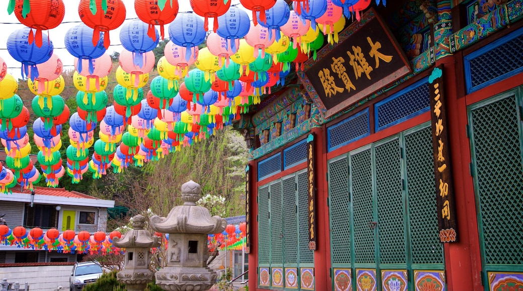 Suwon mostrando sinalização e elementos de patrimônio