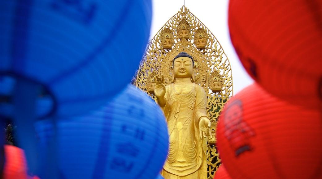 Suwon que inclui elementos de patrimônio e uma estátua ou escultura
