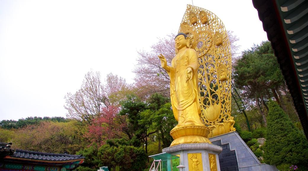 Suwon mostrando uma estátua ou escultura e elementos de patrimônio