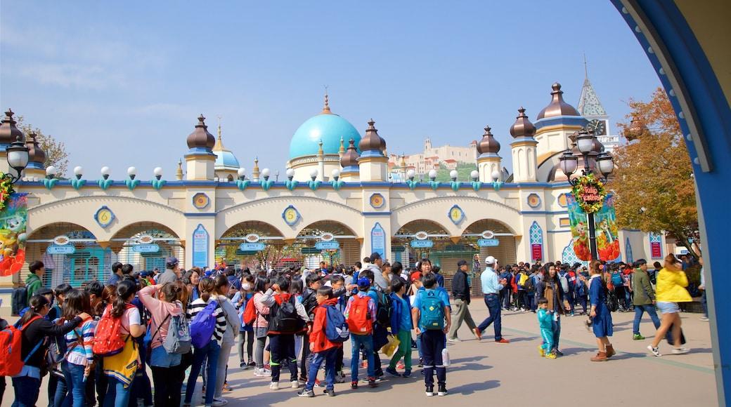 에버랜드 을 보여주는 광장 과 문화유산 요소 뿐만 아니라 대규모 사람들