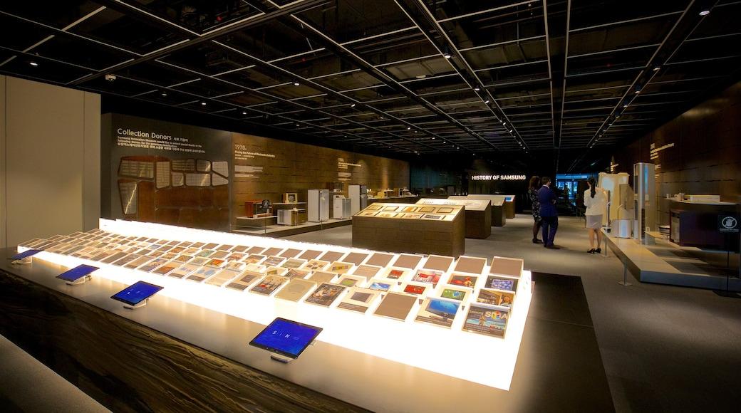 Museu da Inovação Samsung que inclui vistas internas assim como um pequeno grupo de pessoas