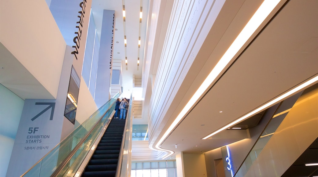 Museu da Inovação Samsung caracterizando vistas internas assim como um pequeno grupo de pessoas