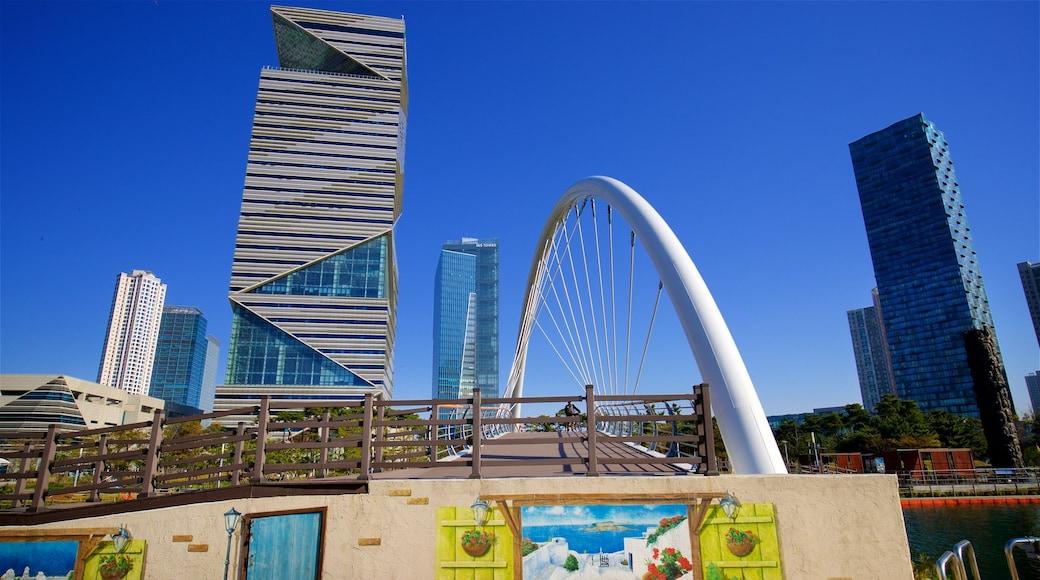 Incheon mostrando um edifício, uma ponte e arte ao ar livre