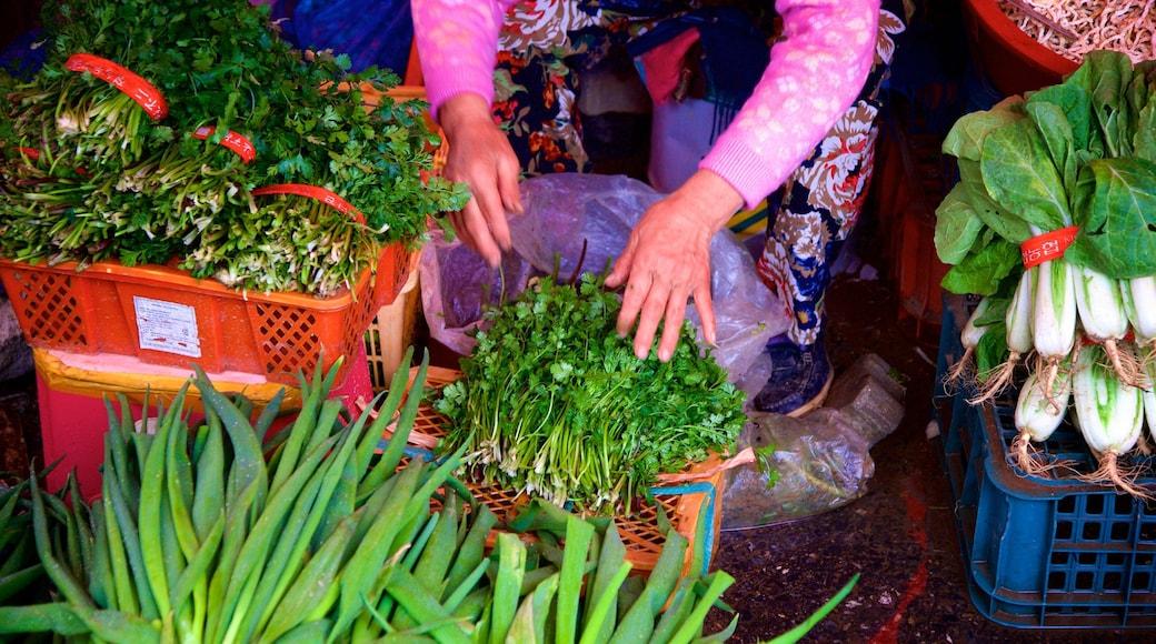 Ganghwa mostrando mercados e comida assim como uma mulher sozinha