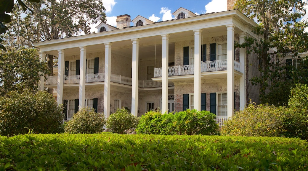 Pebble Hill Plantation featuring a garden and a house