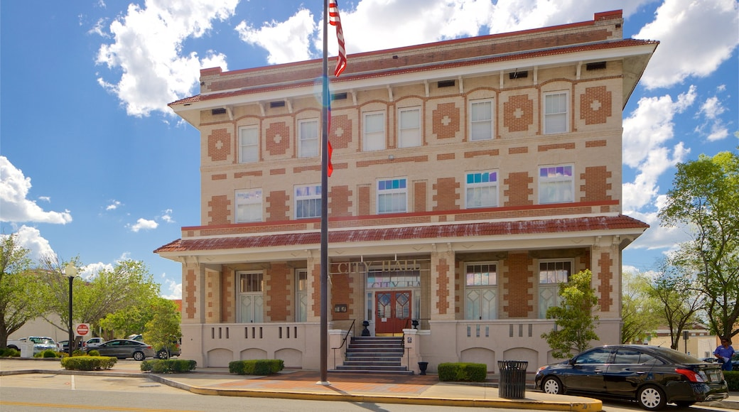 Waycross which includes heritage architecture