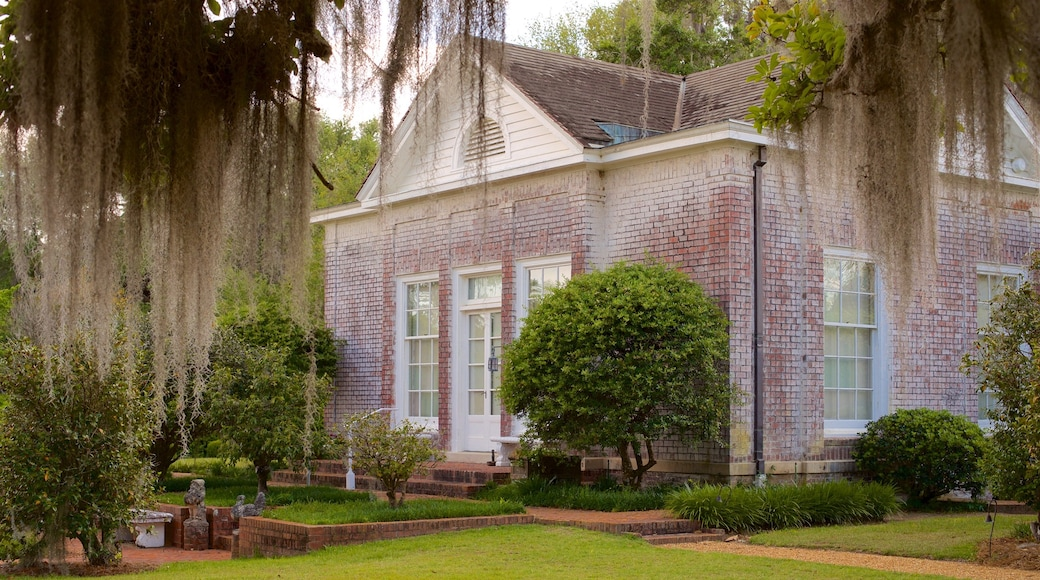 Pebble Hill Plantation featuring a house and a garden