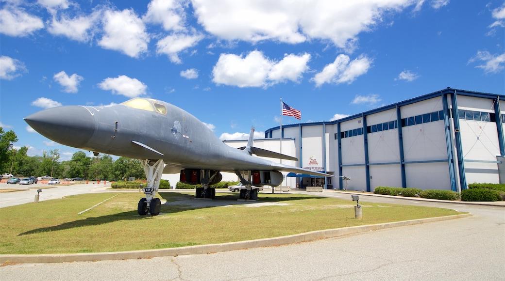Museo de aviación Warner Robins ofreciendo artículos militares y elementos del patrimonio