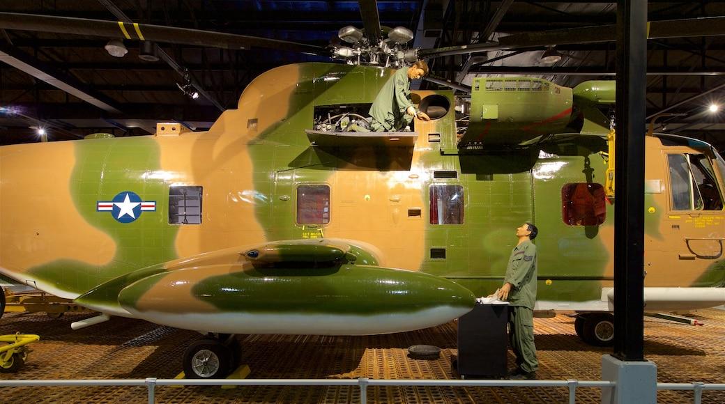 Museo de aviación Warner Robins que incluye artículos militares, elementos del patrimonio y vistas interiores