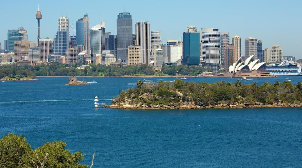 Mosman que incluye una bahía o un puerto, una ciudad y un monumento