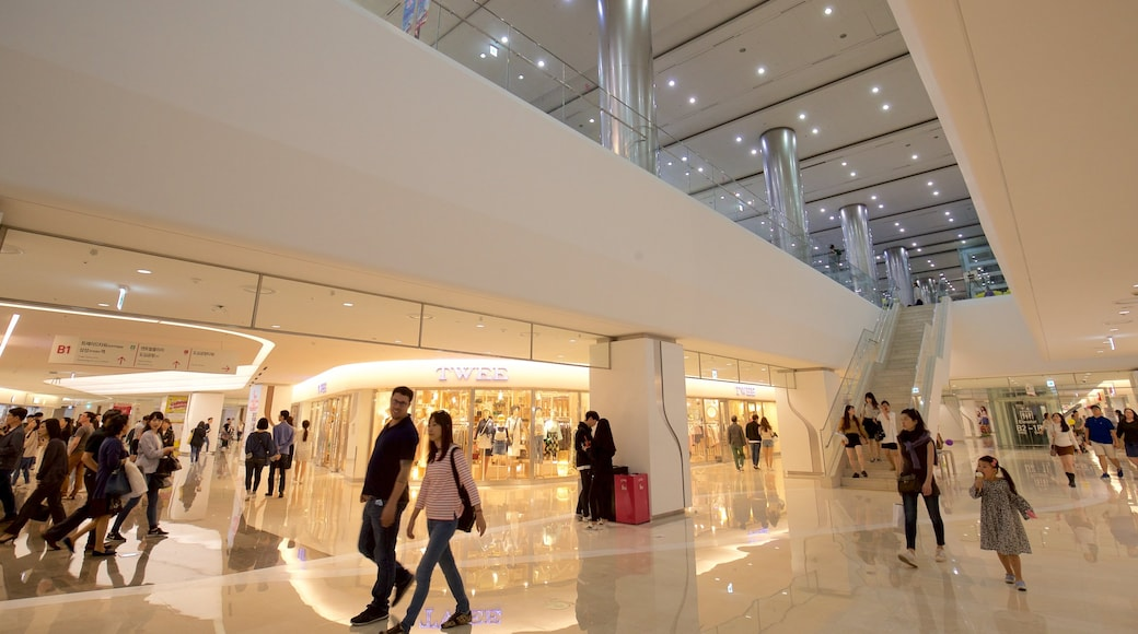 三成洞 呈现出 內部景觀 和 購物 以及 一小群人
