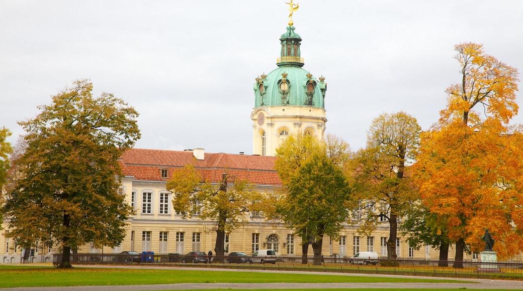 Château de Charlottenburg qui includes couleurs d\'automne, patrimoine architectural et château