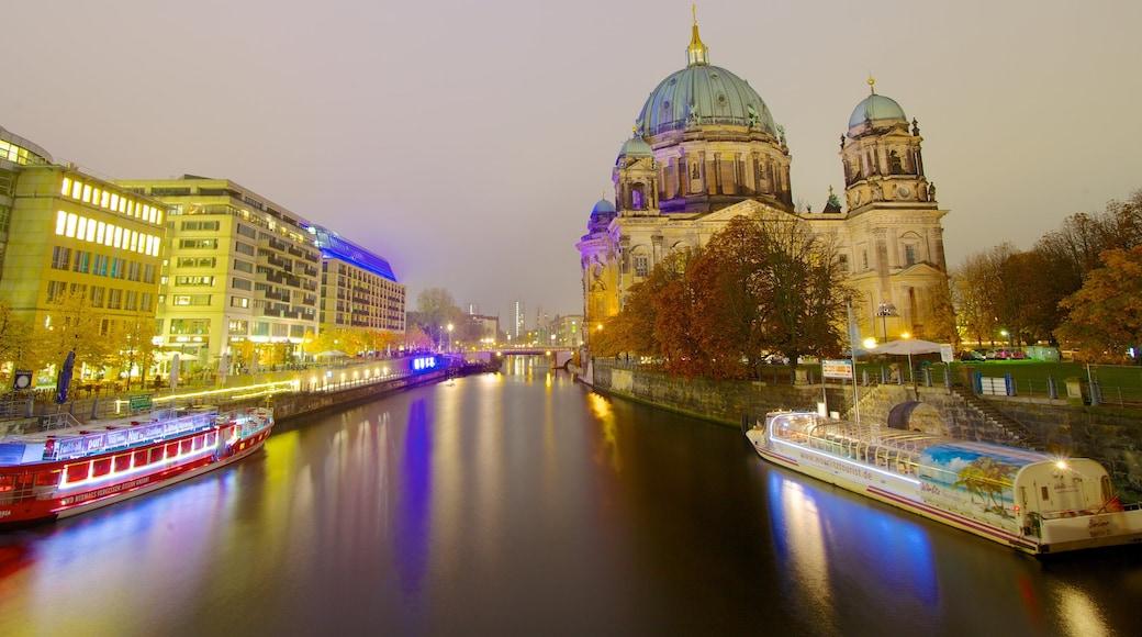 Isla de los Museos ofreciendo un río o arroyo, vida nocturna y una ciudad