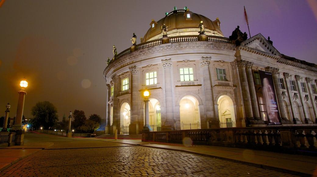 Isla de los Museos ofreciendo escenas de noche, una ciudad y imágenes de calles