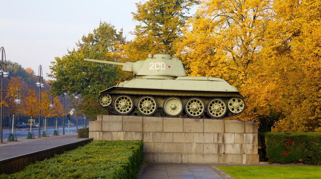Monumento a los Caídos del Ejército Rojo en el Tiergarten mostrando artículos militares, un parque y hojas de otoño