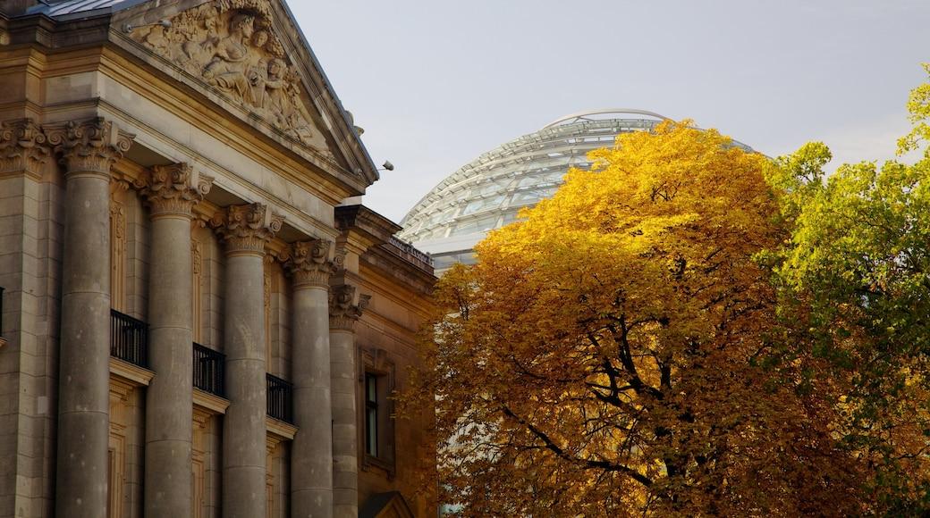 Rigsdagsbygningen som viser en administrativ bygning, efterårsfarver og historiske bygningsværker