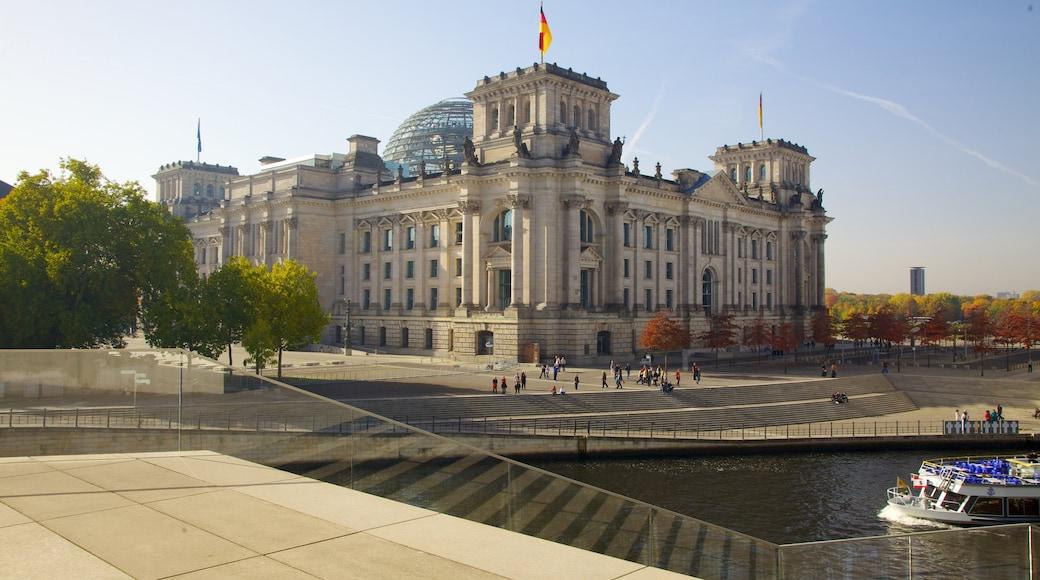 Rigsdagsbygningen som viser en flod eller et vandløb, bådsejlads og historiske bygningsværker