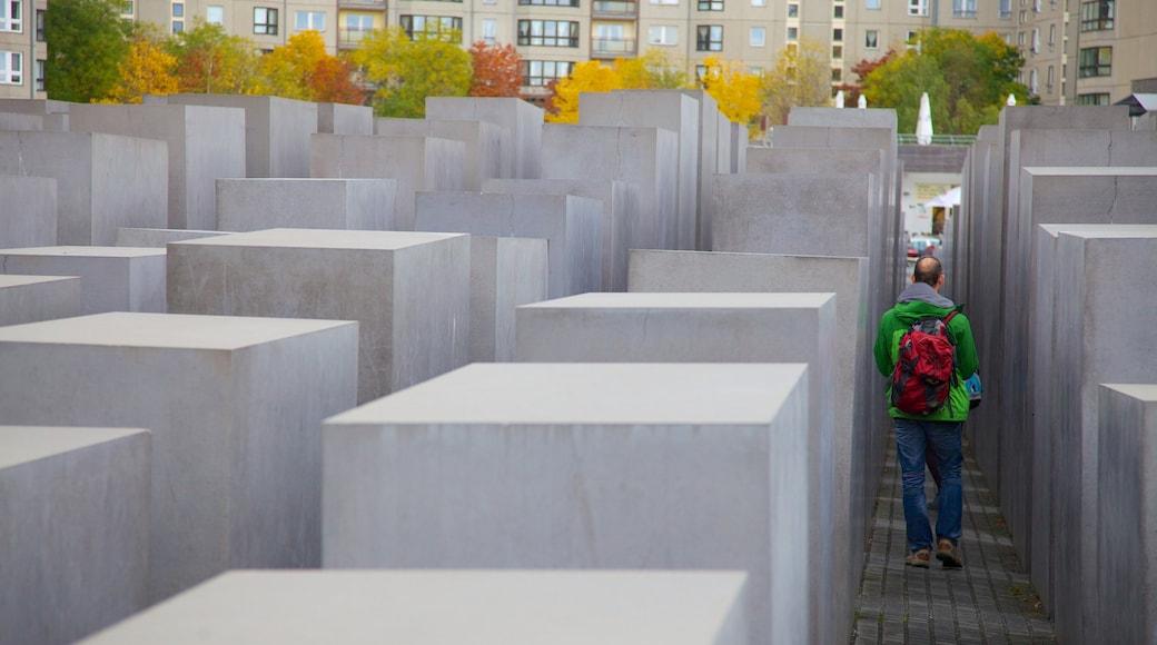 Mémorial aux Juifs assassinés d\'Europe qui includes mémorial et ville aussi bien que homme
