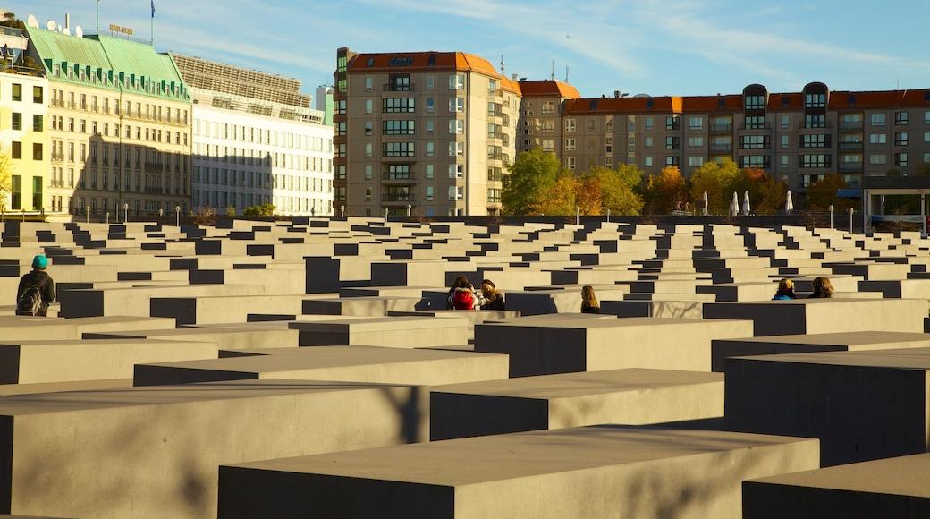 Mémorial aux Juifs assassinés d\'Europe montrant mémorial, monument et ville