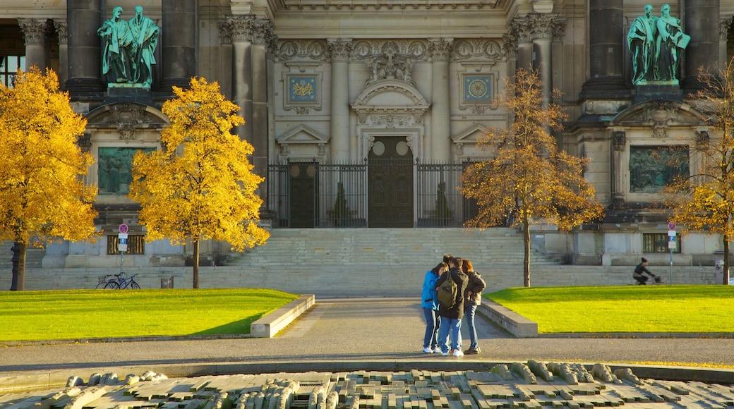 Berliner Dom das einen Platz oder Plaza, religiöse Aspekte und Herbstblätter