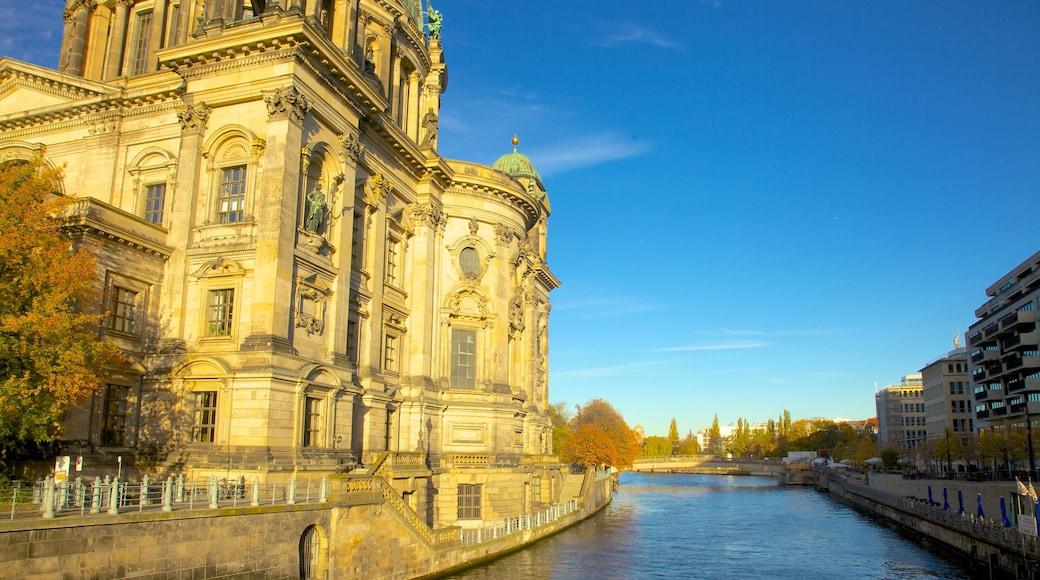 Berliner Dom das einen Fluss oder Bach, Stadt und Kirche oder Kathedrale