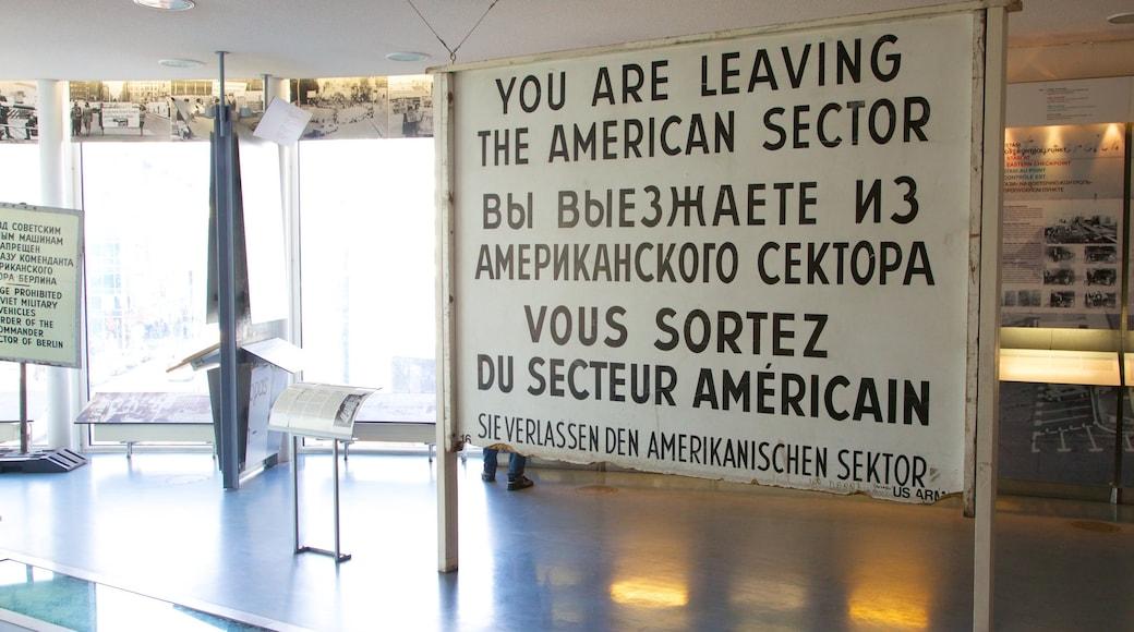 Mauer-Museum am Checkpoint Charlie welches beinhaltet Beschilderung und Innenansichten