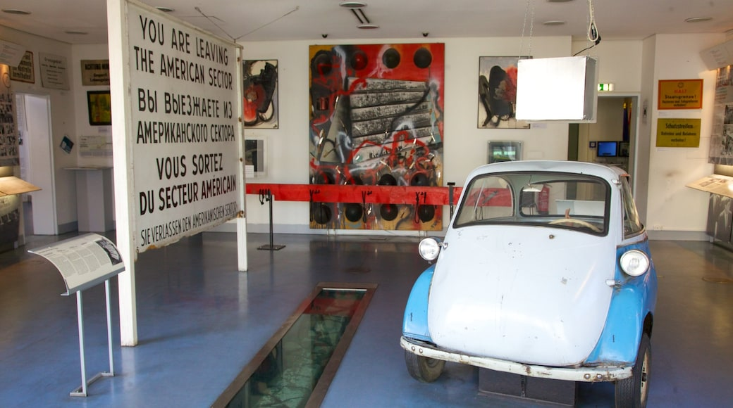 Musée du mur de Checkpoint Charlie qui includes vues intérieures et signalisation