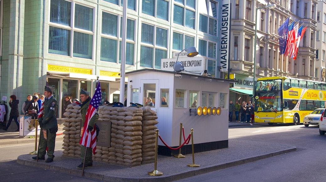 Musée du mur de Checkpoint Charlie montrant ville et scènes de rue