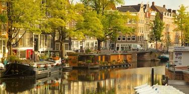 Ámsterdam ofreciendo una ciudad, embarcaciones y un río o arroyo
