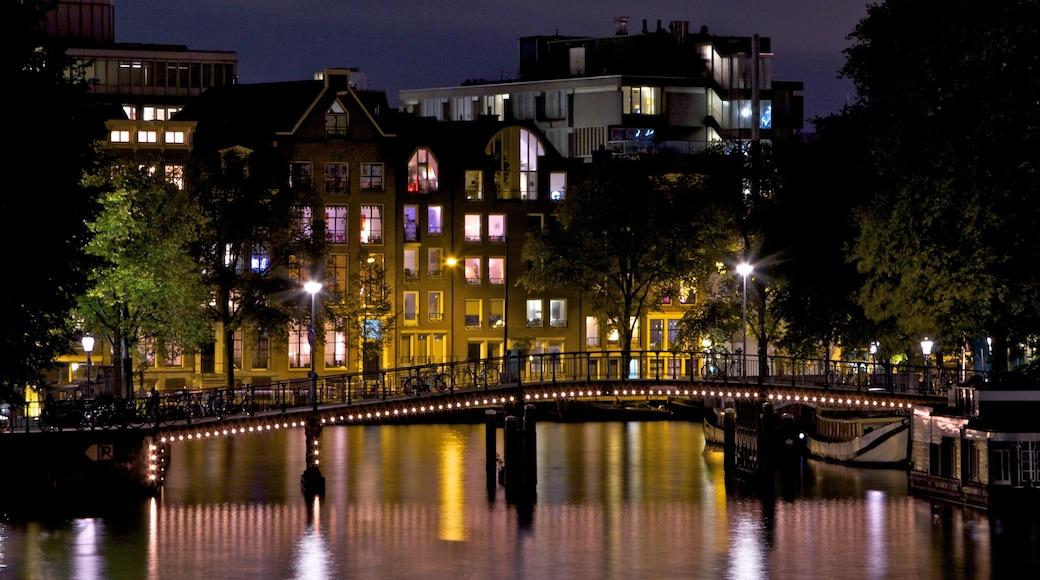 Nederland inclusief moderne architectuur, nachtleven en een rivier of beek