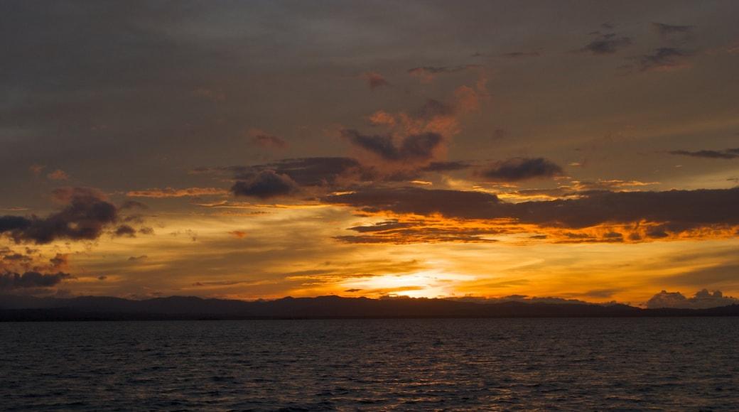 파나마 을 보여주는 일반 해안 전경, 암석 해안선 과 일몰