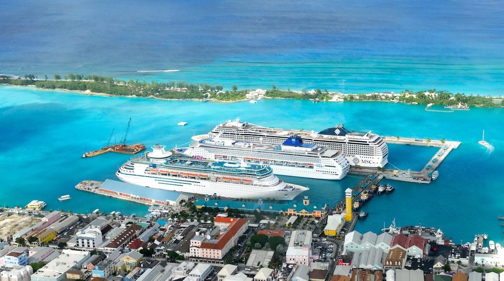 Nassau das einen Kreuzfahrten, Küstenort und Bucht oder Hafen