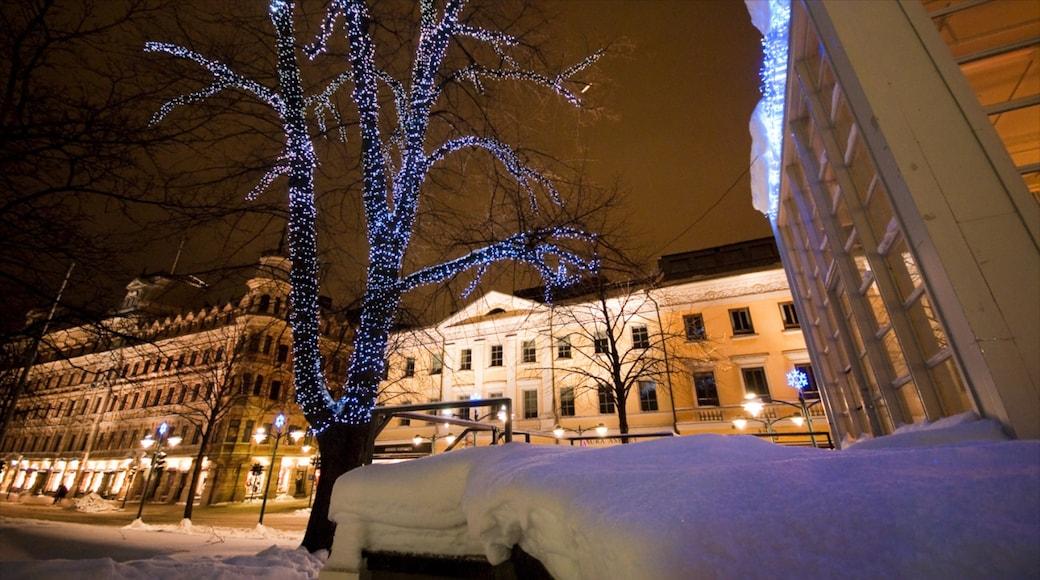 Helsinki johon kuuluu yökuvat, kaupunki ja katunäkymät