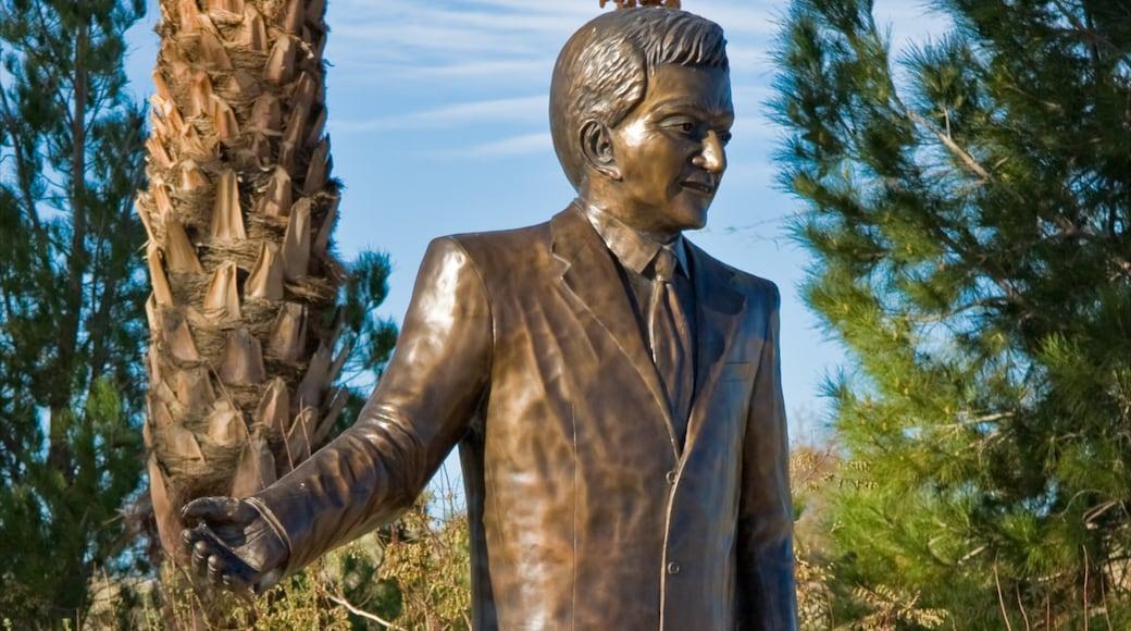 Laughlin ofreciendo un monumento y una estatua o escultura