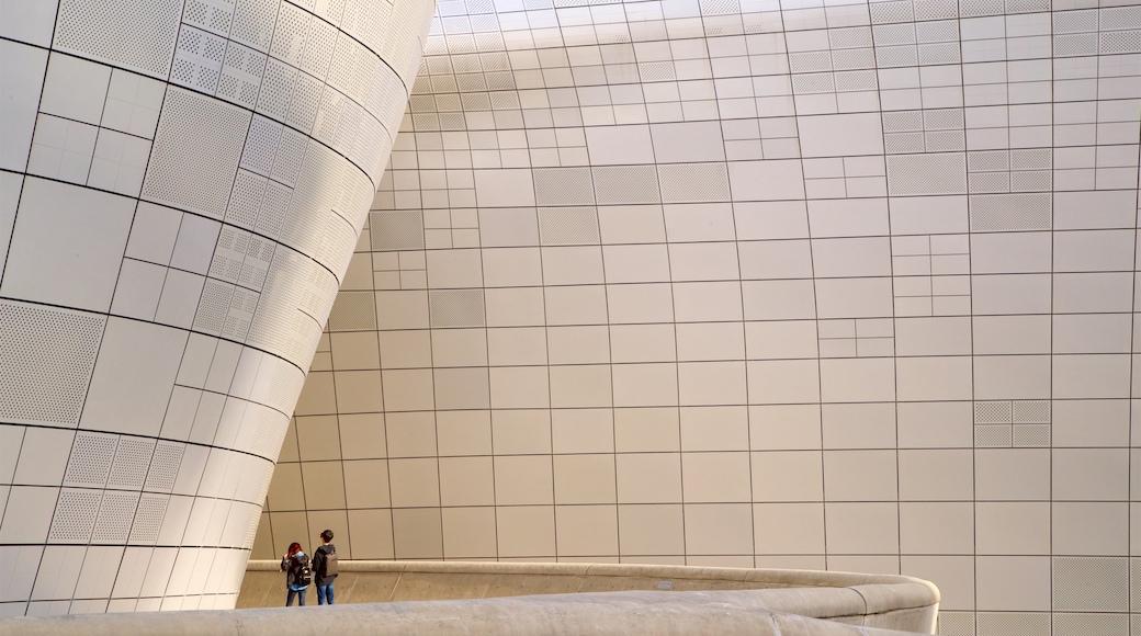 ศูนย์การประชุมทงแดมุน ดีไซน์ พลาซ่า ซึ่งรวมถึง สถาปัตยกรรมสมัยใหม่ ตลอดจน คู่รัก