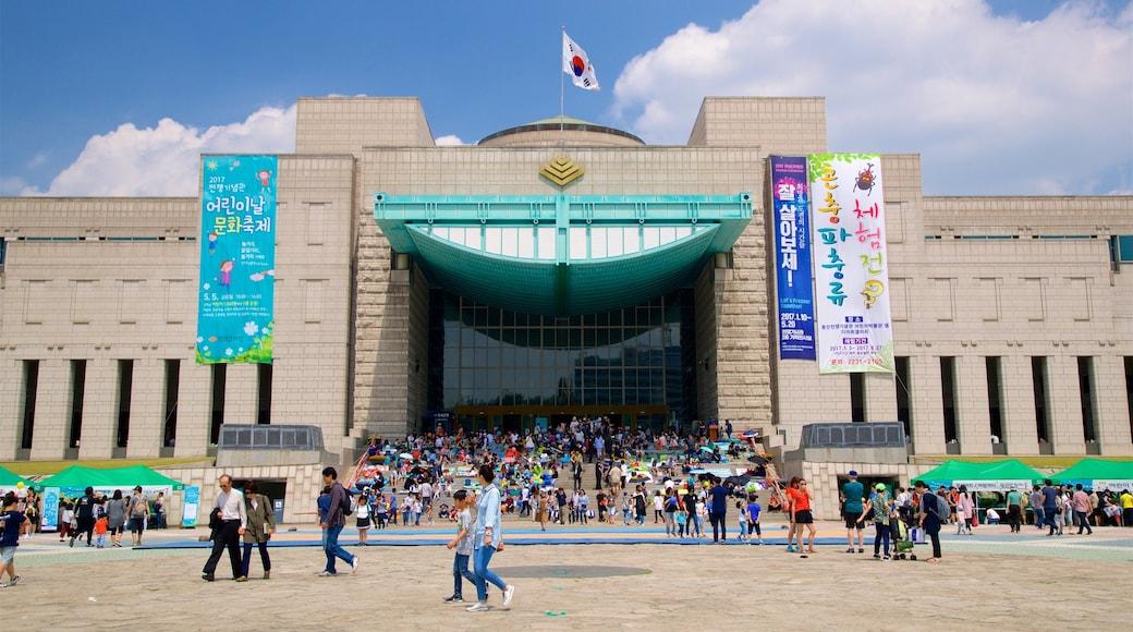 อนุสรณ์สงครามแห่งเกาหลี เนื้อเรื่องที่ ป้าย และ สถาปัตยกรรมสมัยใหม่ ตลอดจน คนกลุ่มใหญ่