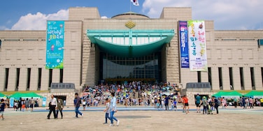 War Memorial of Korea showing signage and modern architecture as well as a large group of people