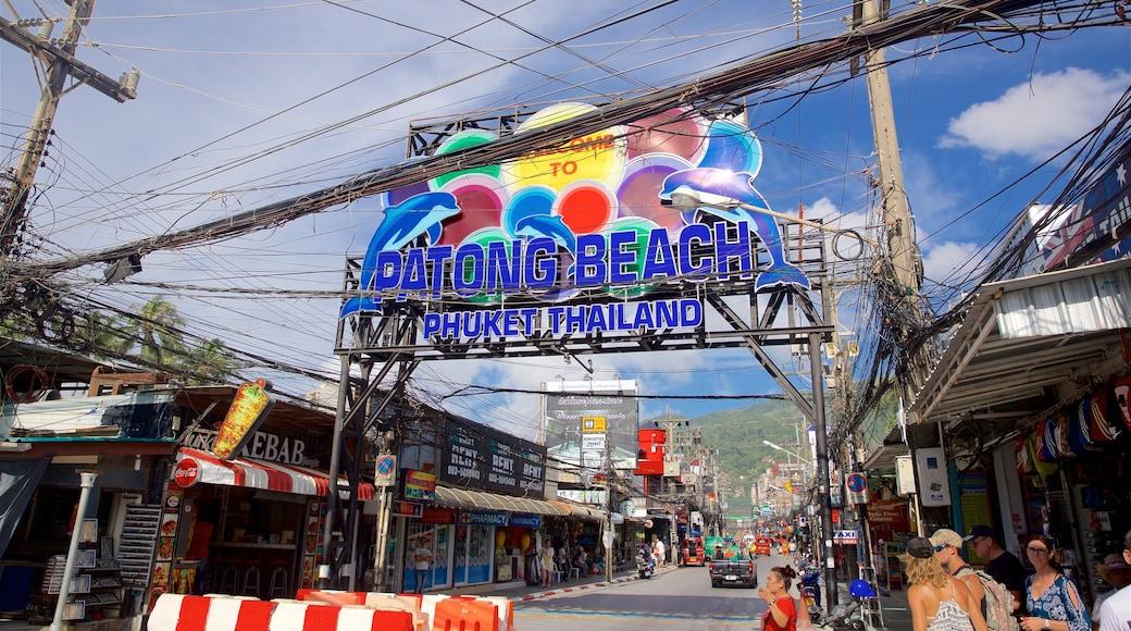Bangla Night Street montrant petite ville ou village et signalisation