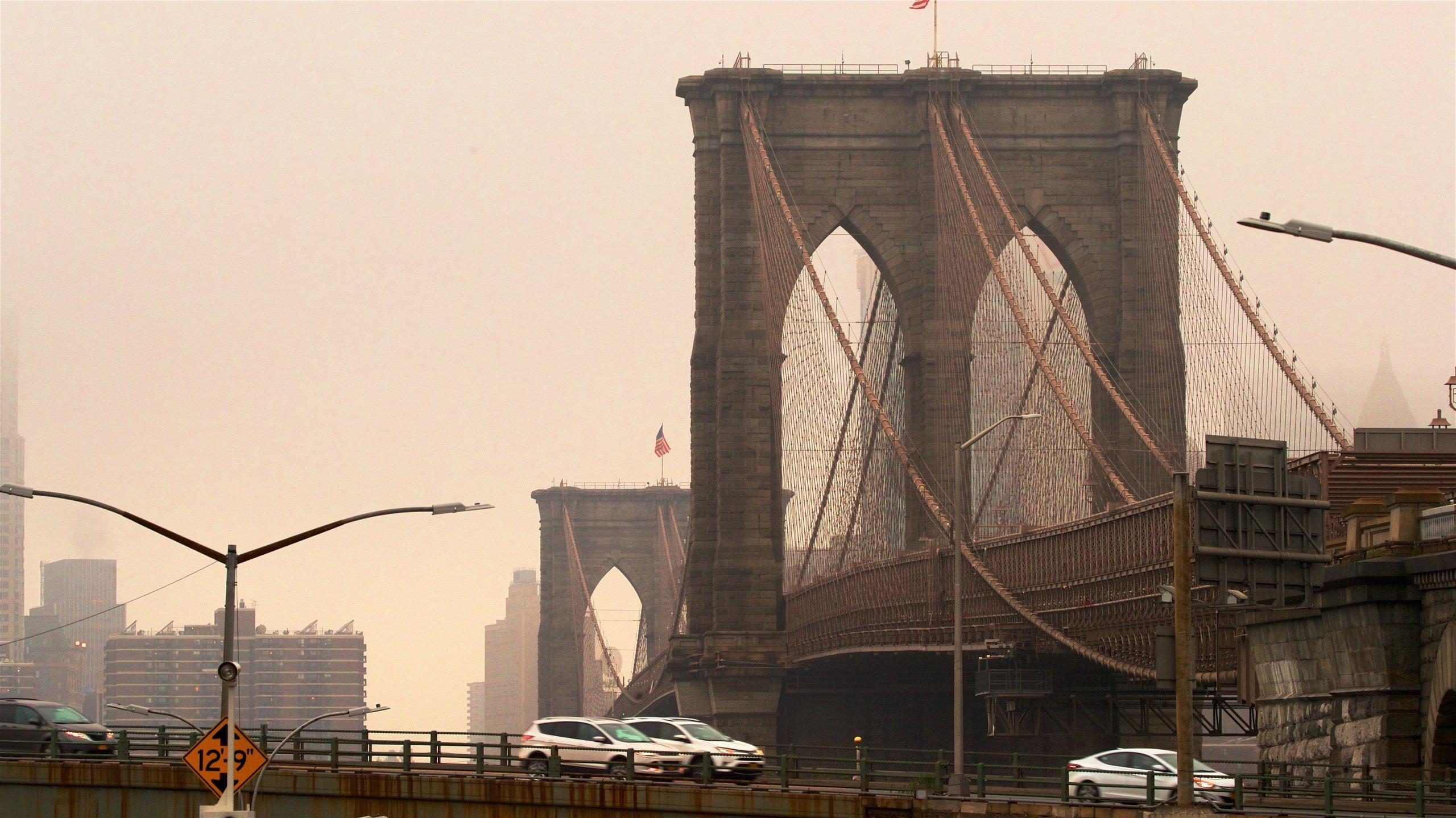 Downtown Brooklyn che include città, tramonto e ponte