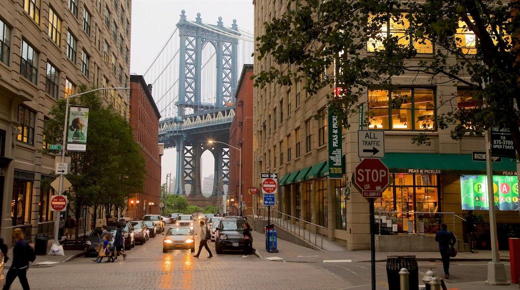 Downtown Brooklyn que inclui uma ponte e uma cidade