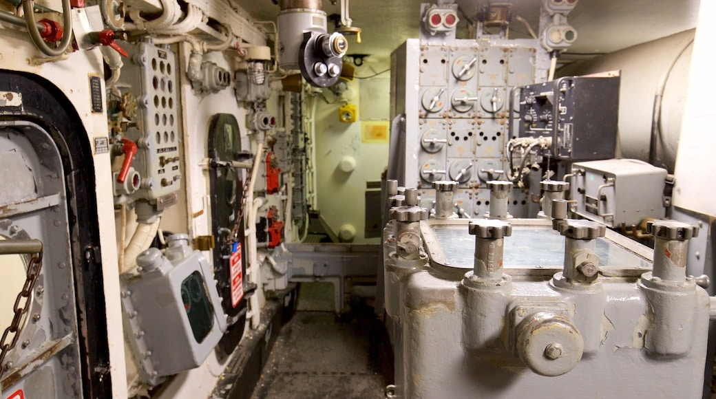 USS Battleship New Jersey Museum que inclui itens militares e vistas internas