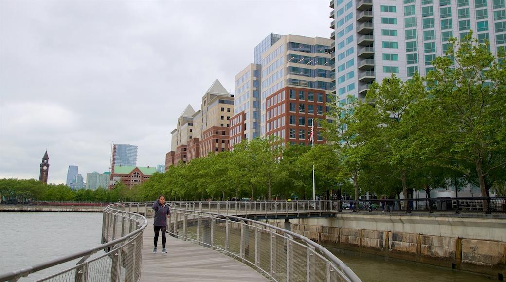 Parque Pier A que incluye un río o arroyo, imágenes de calles y una ciudad