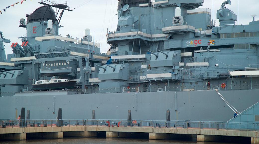 USS Battleship New Jersey Museum caracterizando itens militares e uma marina