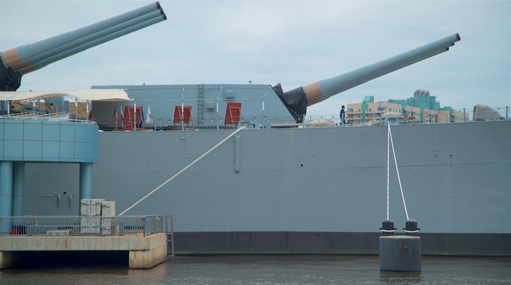 USS Battleship New Jersey Museum que inclui uma marina e itens militares