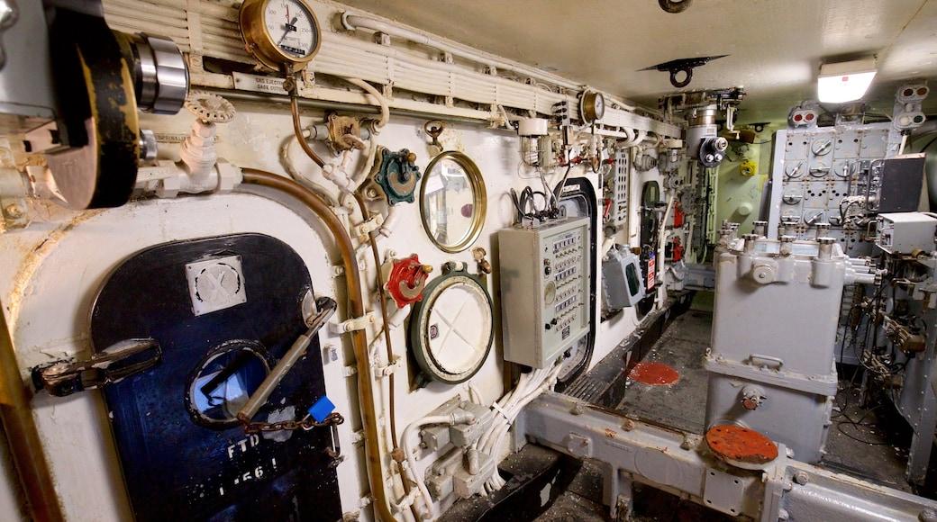 USS Battleship New Jersey Museum mostrando itens militares e vistas internas